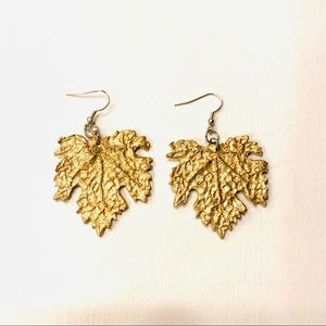 Gold lightweight leaf shape earings
